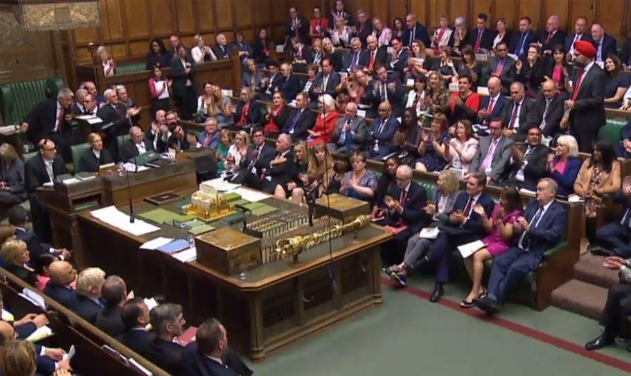 英國國會下院首位戴頭巾的錫克教徒議員德西(圖右方紅頭巾站立者),4日要求首相強生...