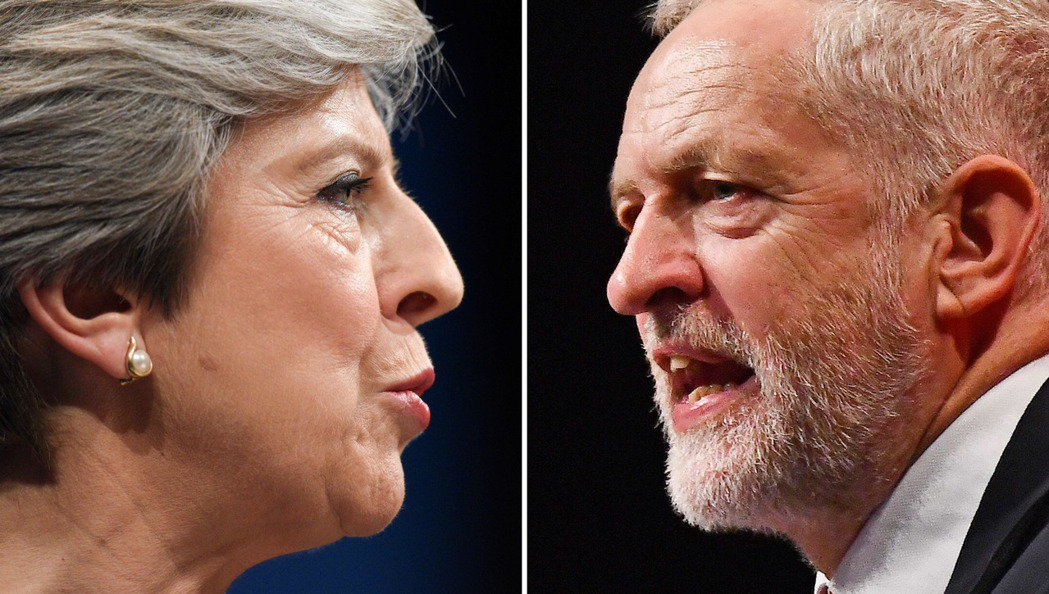 英國工黨黨魁柯賓(右)去年被拍到疑似暗罵首相梅伊(左)是「蠢女人」,引發爭議。 ...