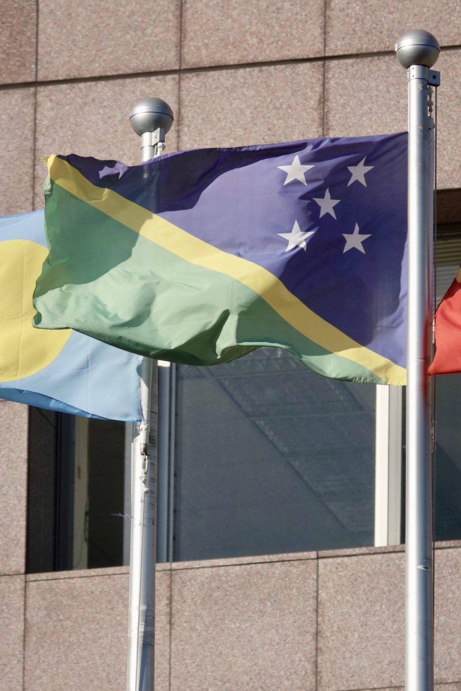 我國南太平洋友邦索羅門群島,近期傳出邦交不穩消息,索國外交部長馬內列今天下午啟程前往台灣訪問,預計明早抵台。圖為索羅門群島大使館外升起的索羅門群島國旗。 報系資料照/記者林伯東攝影