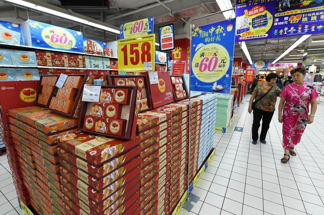 中秋佳節將至,各大月餅品牌商與賣場早已打響「月餅戰」。 (中新社)