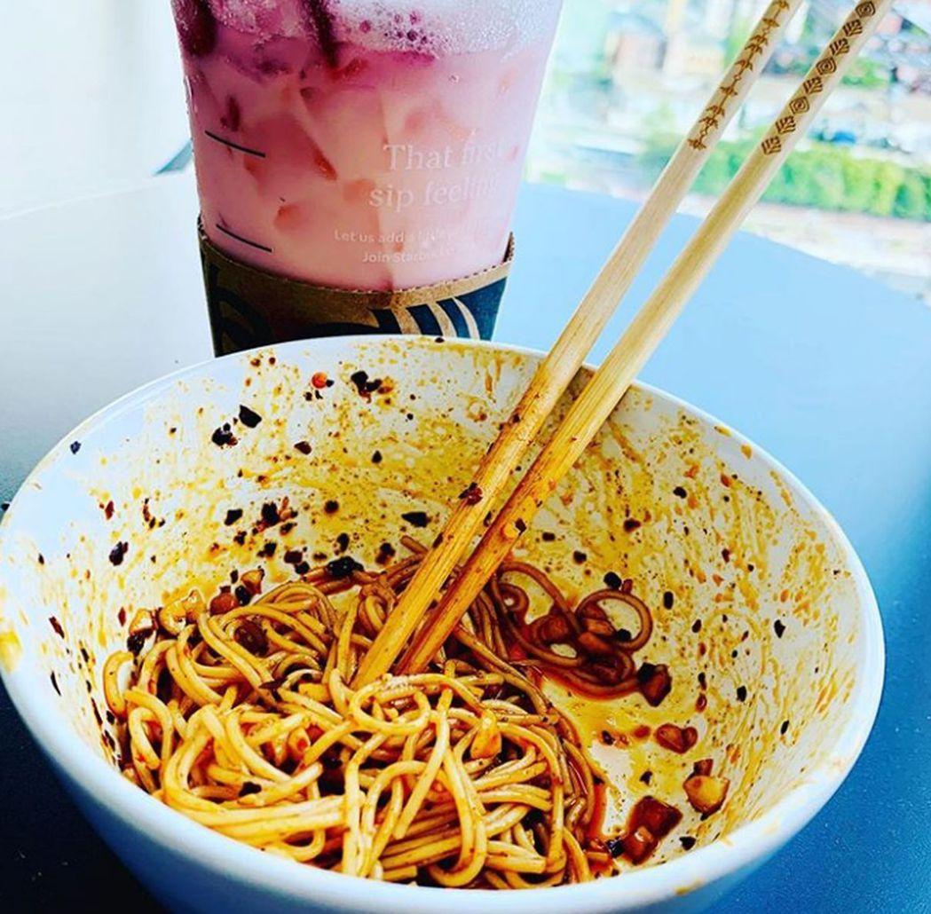 王源PO出一碗麵條說「想家」。(取材自Instagram)