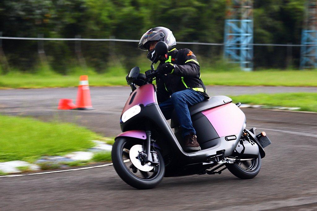 Gogoro S2 ABS的電動馬達能迅速釋放動能給予強大信心外,更穩定的ABS...