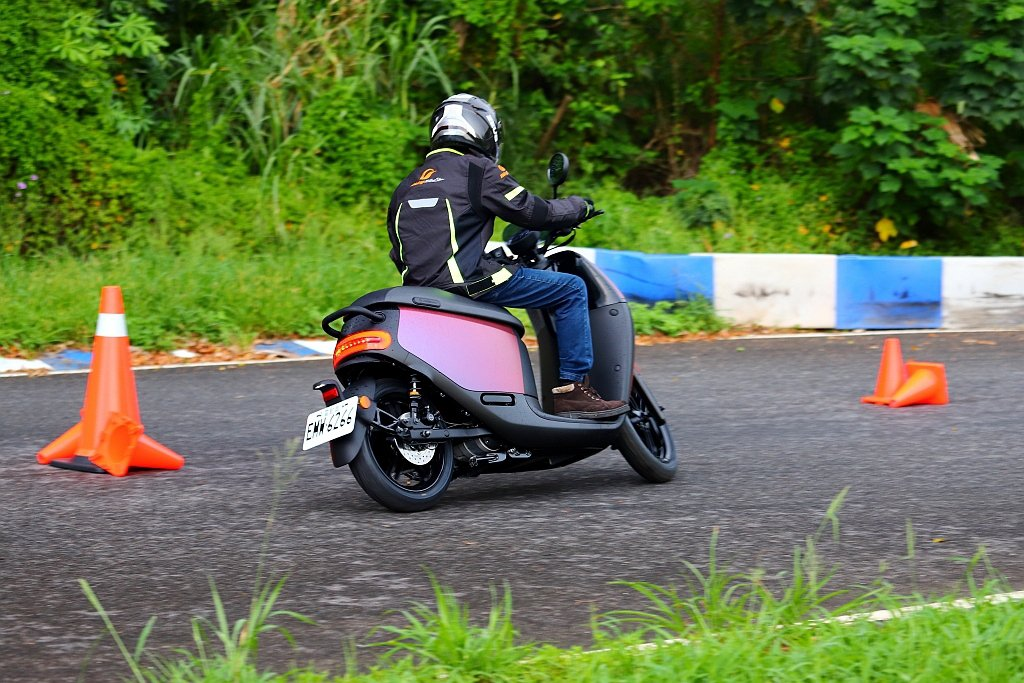 Gogoro S2 ABS面對左/右連續路線時擁有靈敏的可控性,但車頭還是略顯輕...