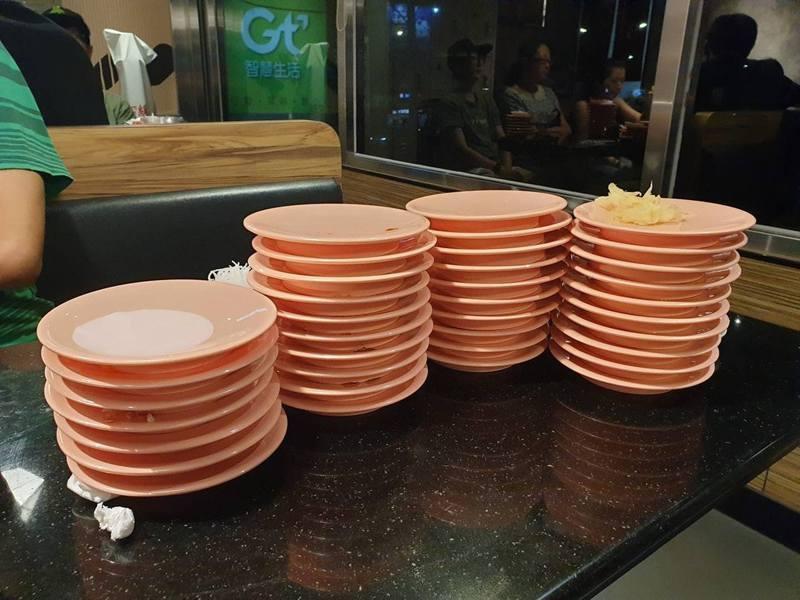 一名台女分享早前食壽司時,聽到旁邊的情侶竟為食多少碟而吵架,事件引起網民熱議。 fb群組「爆廢公社公開版」圖片