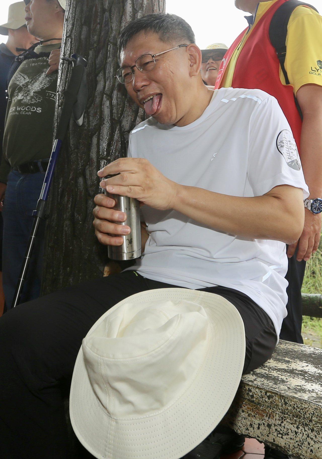 台北市長柯文哲上午出席市政府舉辦的登山活動,柯文哲表示自己平時不太流汗,今天也爬...