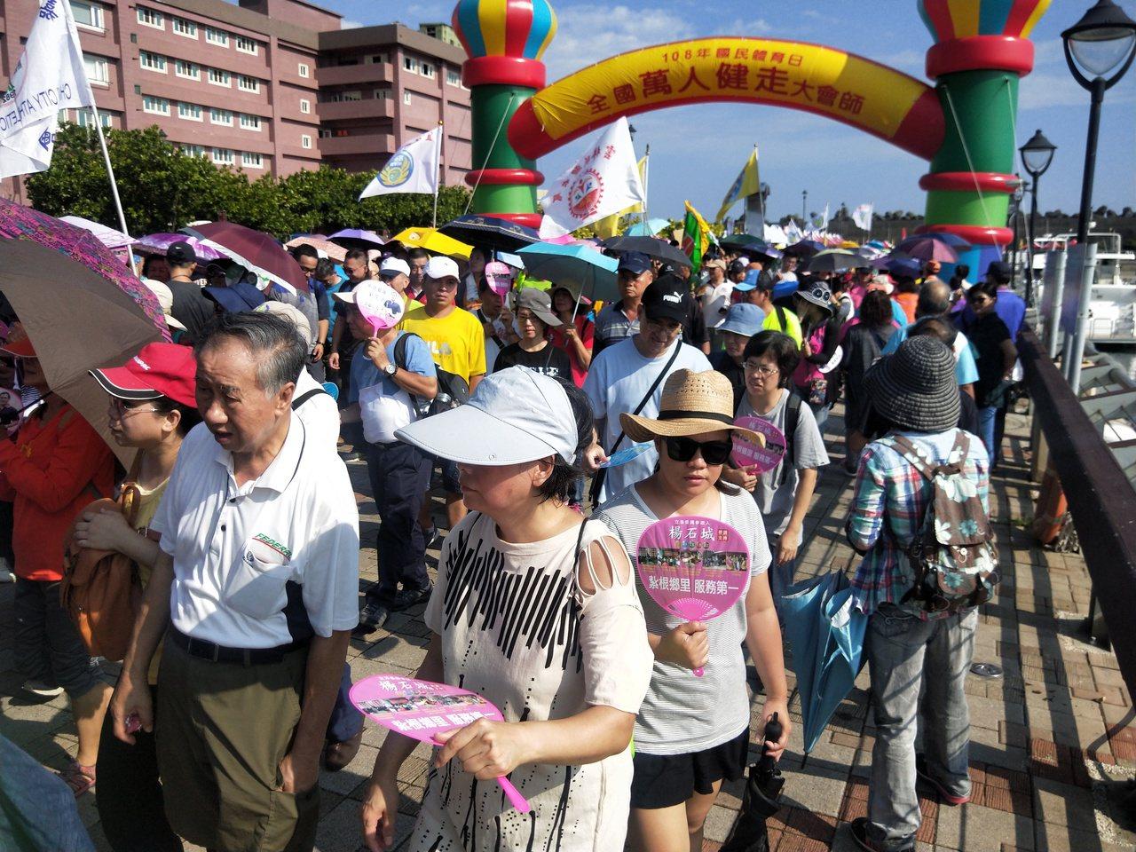 為慶祝國民體育日舉辦的全國萬人健走大會師,今天上午在碧砂漁港舉行,來自全國各縣市...
