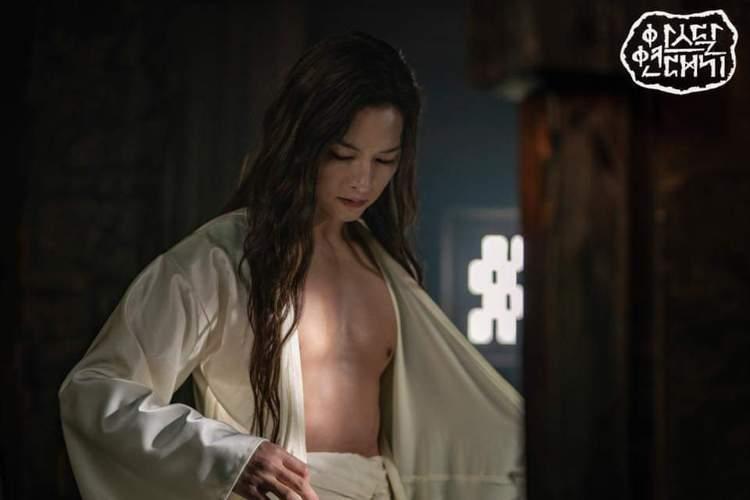 宋仲基露出精壯上半身。圖/摘自tvN