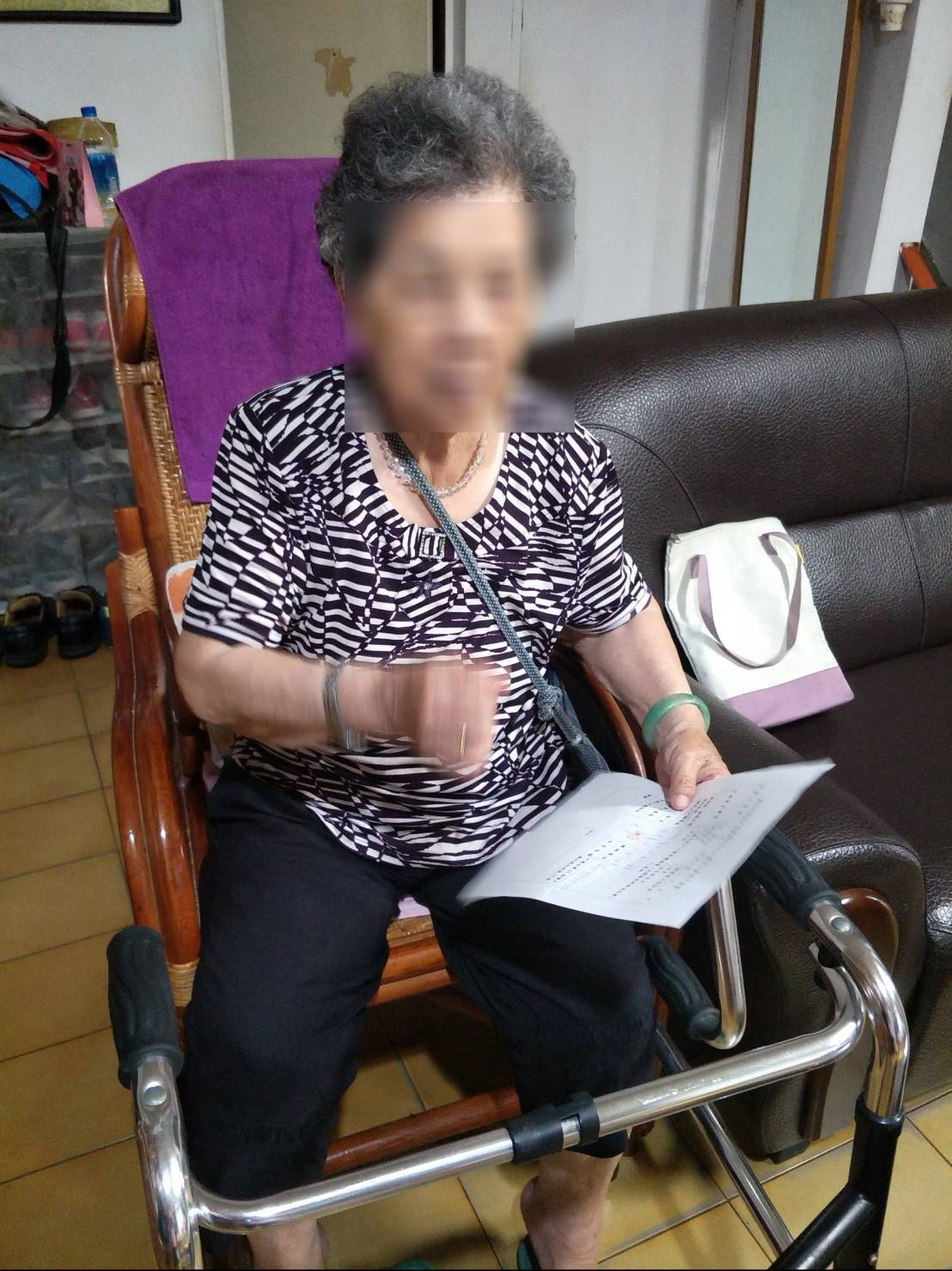 新竹市東區戶政事務所幫90歲行動不便的王姓老婦完成父親欄登記養父姓名的心願。圖/...