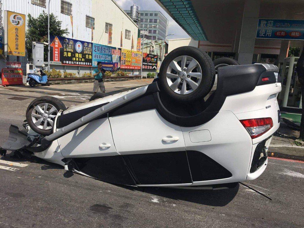張男駕駛的白車翻覆在中華路上,引起路過民眾側目。記者巫鴻瑋/翻攝
