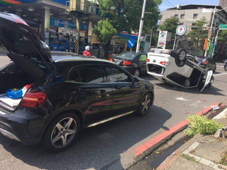 影/超車不慎撞加油站牌 汽車騰空飛起翻過去