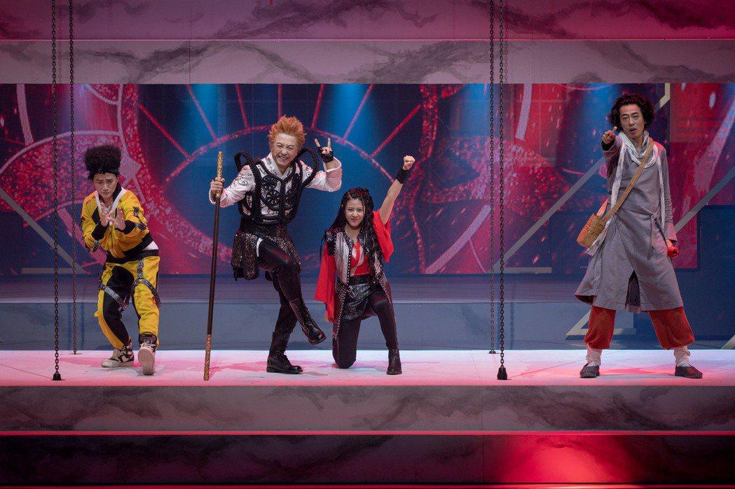 小民(左一)飾演的豬八戒在劇中被老蕭誤殺。圖/耳東劇團提供