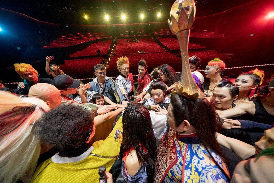 每場演出前,「西哈遊記-魔二代再起」都會做集氣儀式。圖/耳東劇團提供