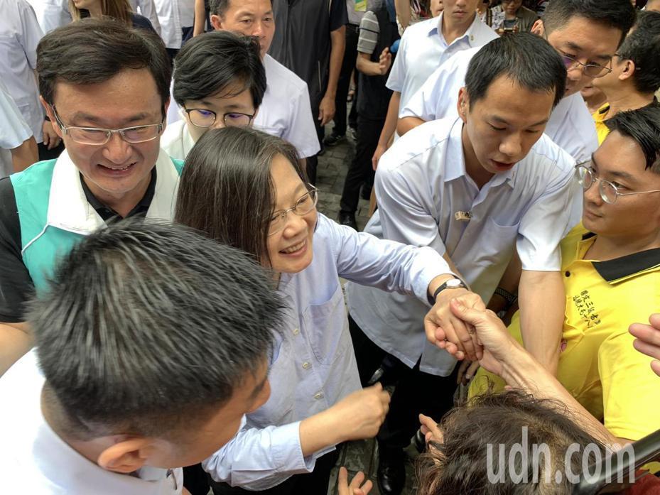 總統蔡英文今天下午到台中東區樂成宮受到民眾熱烈歡迎。記者喻文玟/攝影