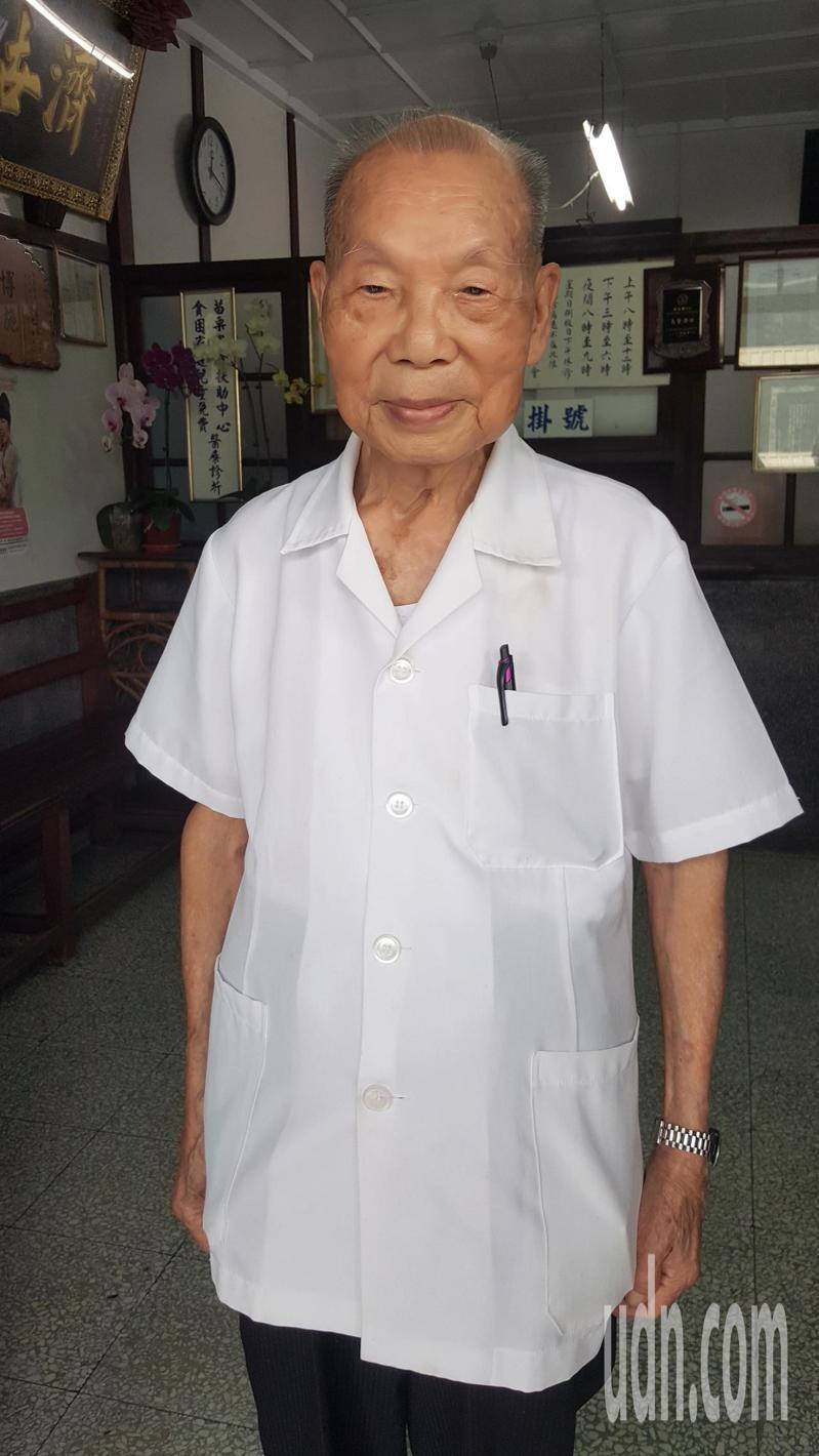 福基診所老醫師謝春梅高齡98歲,迄今仍執業看診,堪稱全國最高齡執業醫師。記者胡蓬生/攝影