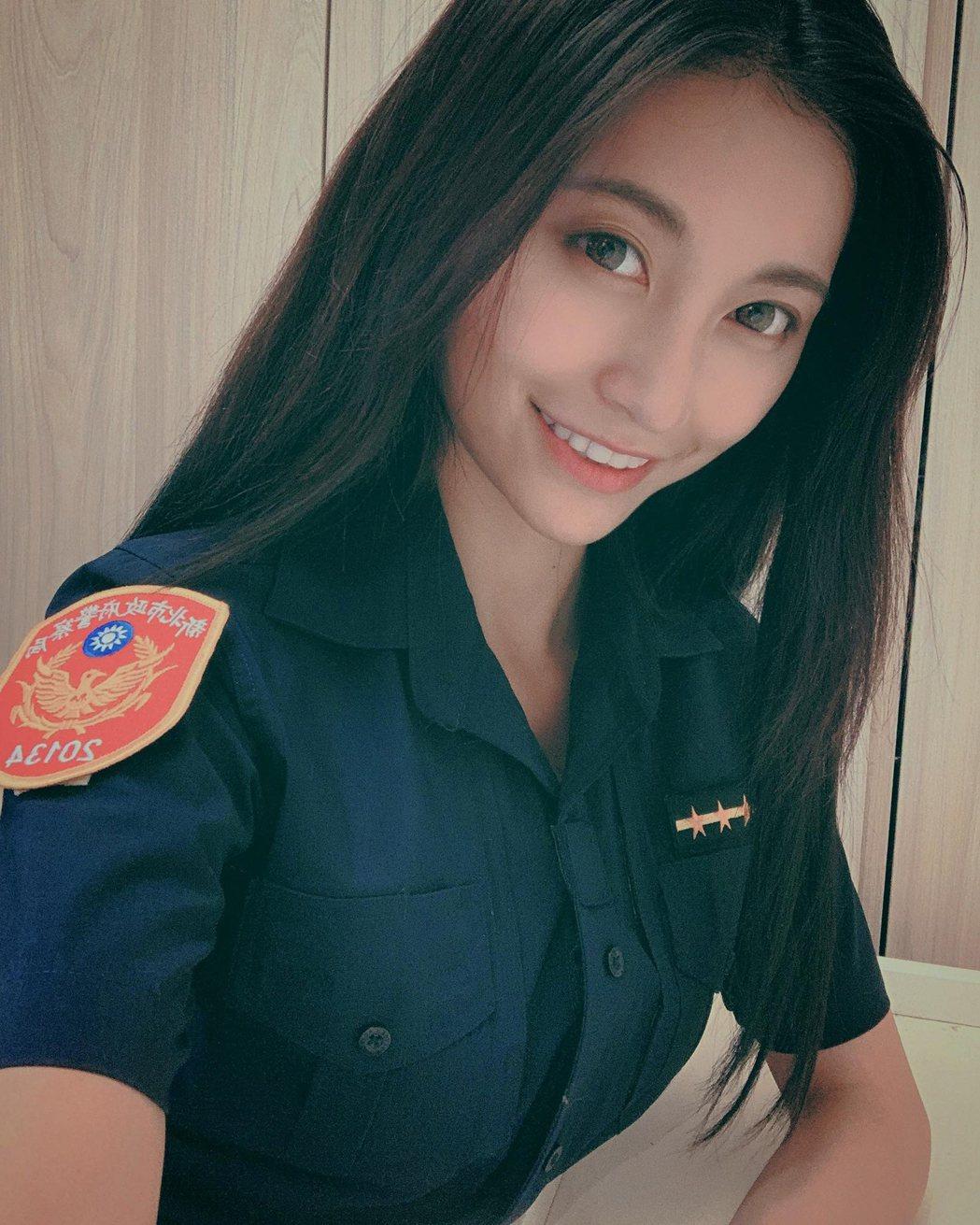 祈錦鈅受邀拍攝新北市政府警察局反毒宣導照片,被封「最美女警」。圖/固力狗娛樂提供