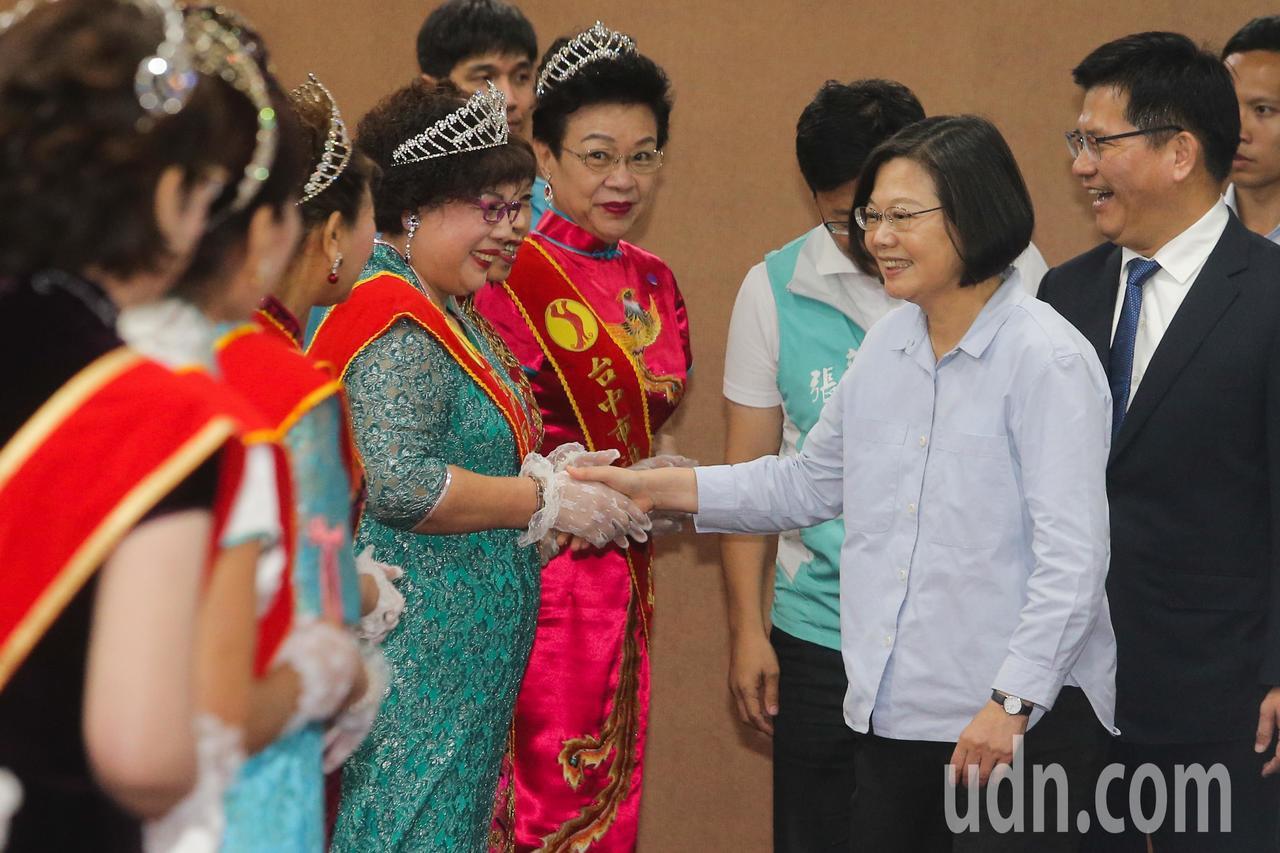蔡英文總統(右二)前往台中參加全國青商後援會成立大會,她強調2020選戰「要團結...