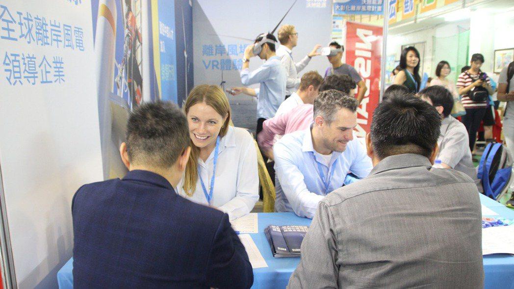 離岸風電開發商沃旭能源今天在彰化縣就博會上吸引應徵者詢問。 記者林敬家/攝影