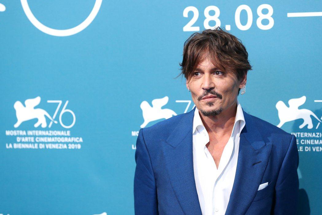 強尼戴普出席威尼斯影展競賽新片記者會,女兒莉莉蘿絲也入圍威尼斯影展,開心直呼「她