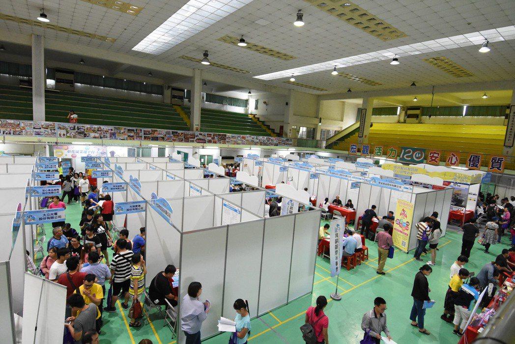 彰化縣政府今天舉辦就業博覽會。記者林敬家/攝影