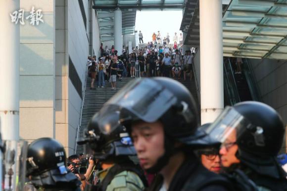 東薈城外防暴警察驅散示威者,警民對峙中。(明報)