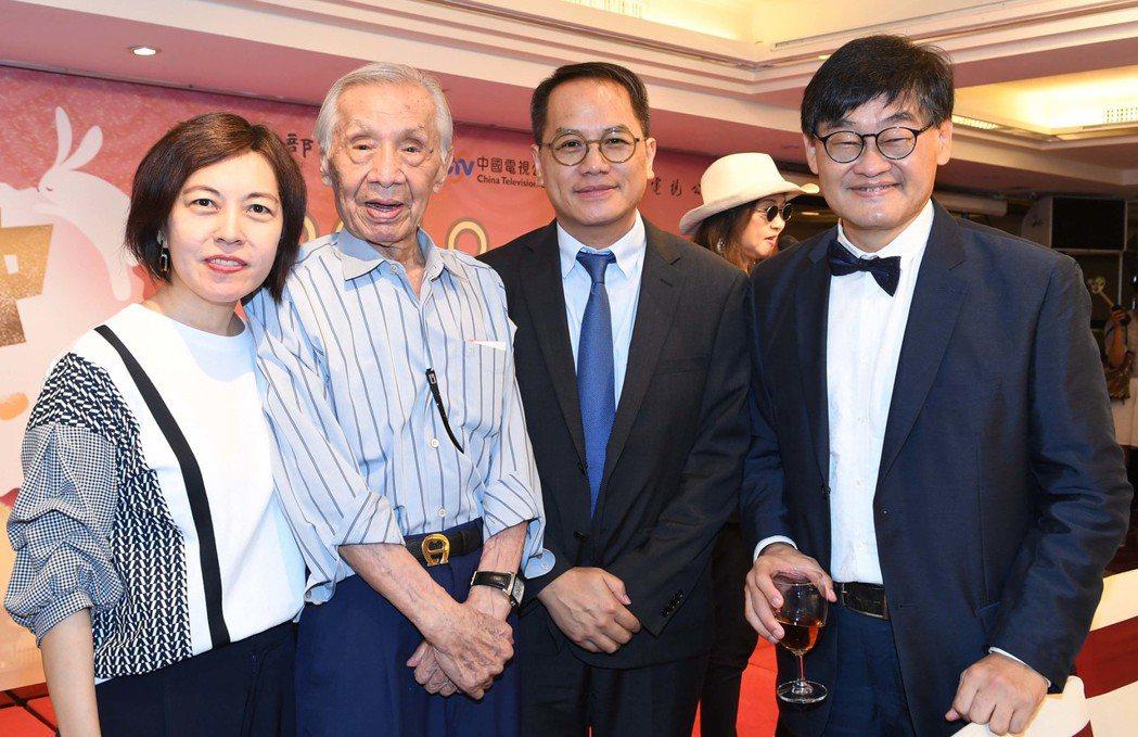 常楓的女兒常青(左起)、常楓、文化部政務次長彭俊亨、華視總經理莊豐嘉出席關懷演藝
