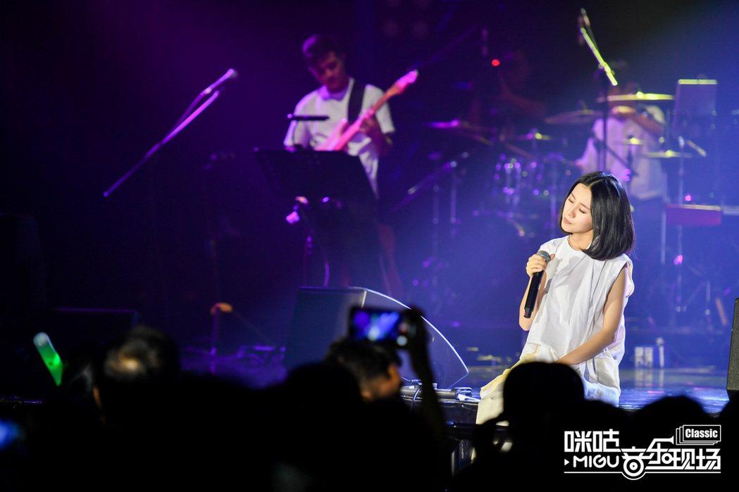 白安廣州開唱,席地而坐演唱貼近歌迷。圖/相信音樂提供