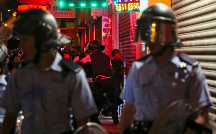 圖為港警8月29日強力壓制抗爭者。(路透)