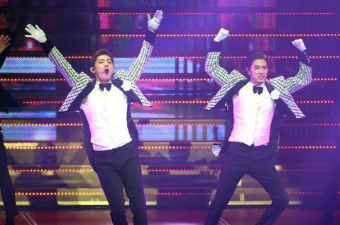 南韓團體「東方神起」睽違4年多,晚間再次登上台灣舞台,新莊體育館5200座位全滿,紛絲嗨翻全場。