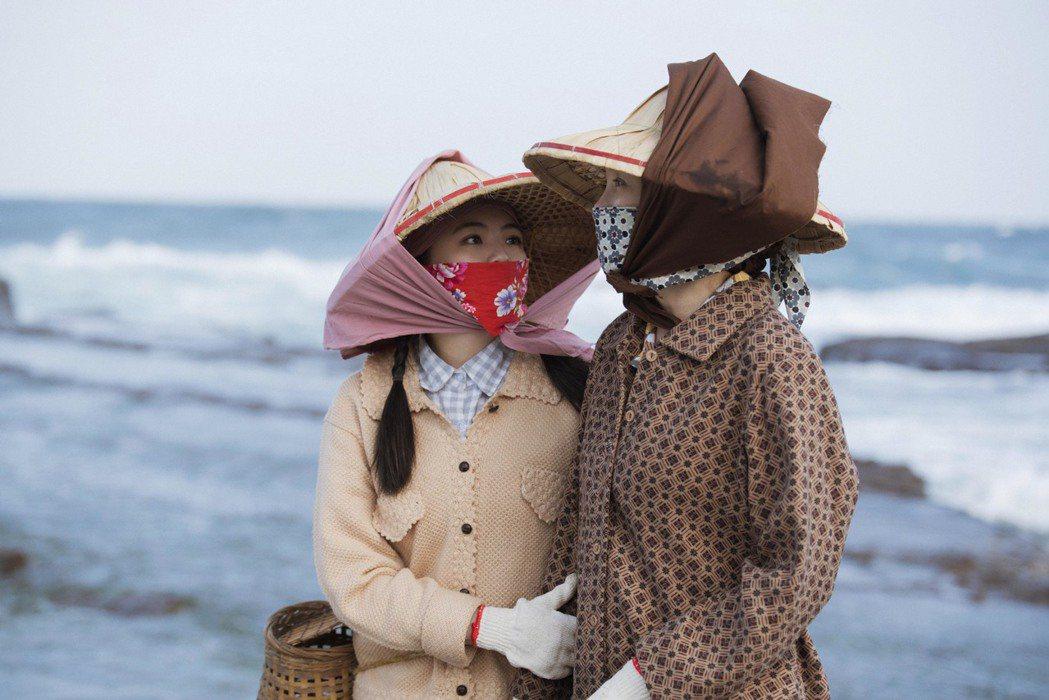 張瓊姿(右)和親生女兒郭思瑜在「苦力」戲中飾演姑姪,還一起到海邊出外景。圖/公視