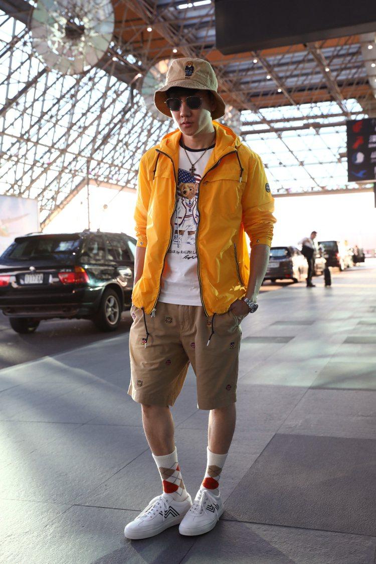 林俊傑機場時尚選穿黃色Polo Ralph Lauren連帽夾克,搭配棉質Pol...
