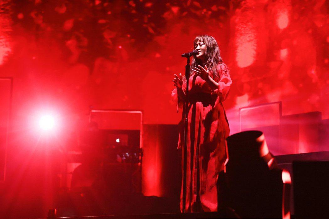 家家「鮮紅聖堂」主題,穿上紅色飄逸洋裝。圖/相信音樂提供
