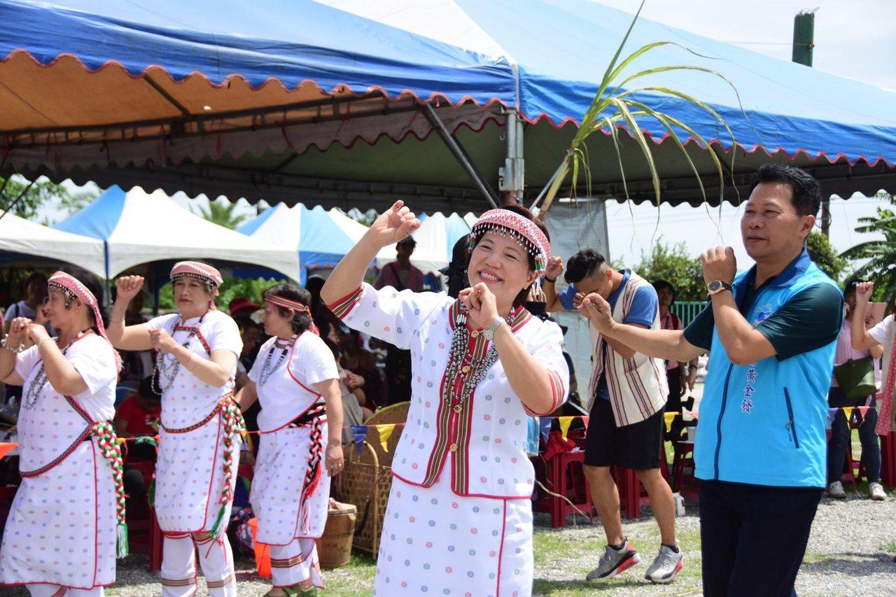 吉安鄉長游淑貞(右2)也穿起太魯閣族服,參與感恩祭活動。圖/吉安鄉公所提供