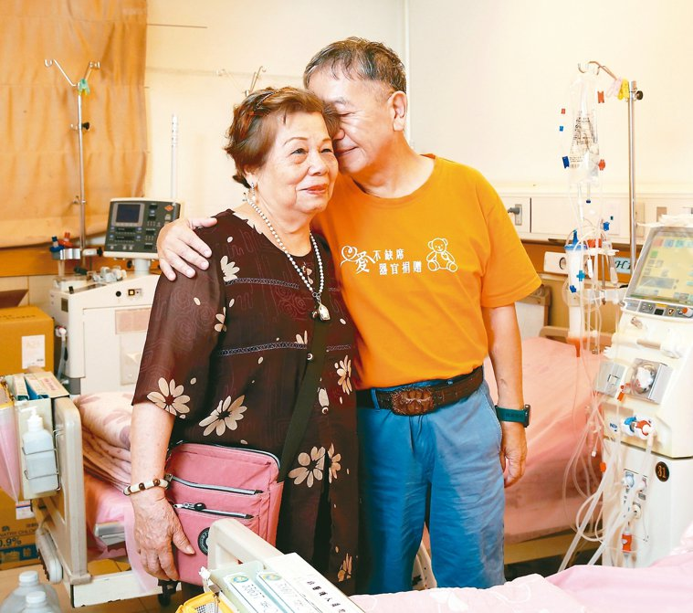 謝威(右)親吻母親,表示真心的感謝。 記者林澔一╱攝影