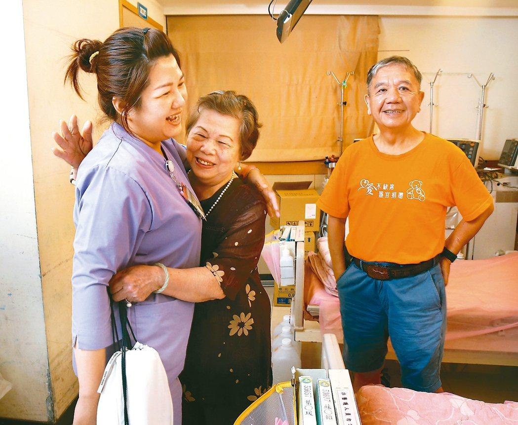 謝威(右)常常到當初洗腎的醫院探望護理人員,謝媽媽擁抱護理長林芷瑄(左)表達感謝...