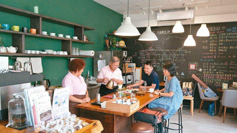 童庭基金會經營的種子手作坊,其中美美的咖啡廳,從布置,到咖啡手、服務生駐店到甜點等,全由「高年級生」包辦。 記者趙容萱/攝影