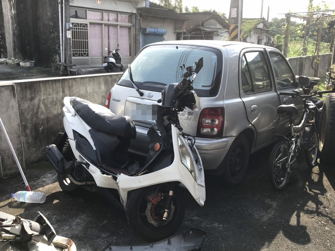 兩名外籍移工昨發生車禍事故死亡,王姓機車主人宣稱不認識兩名死者。記者徐白櫻/攝影