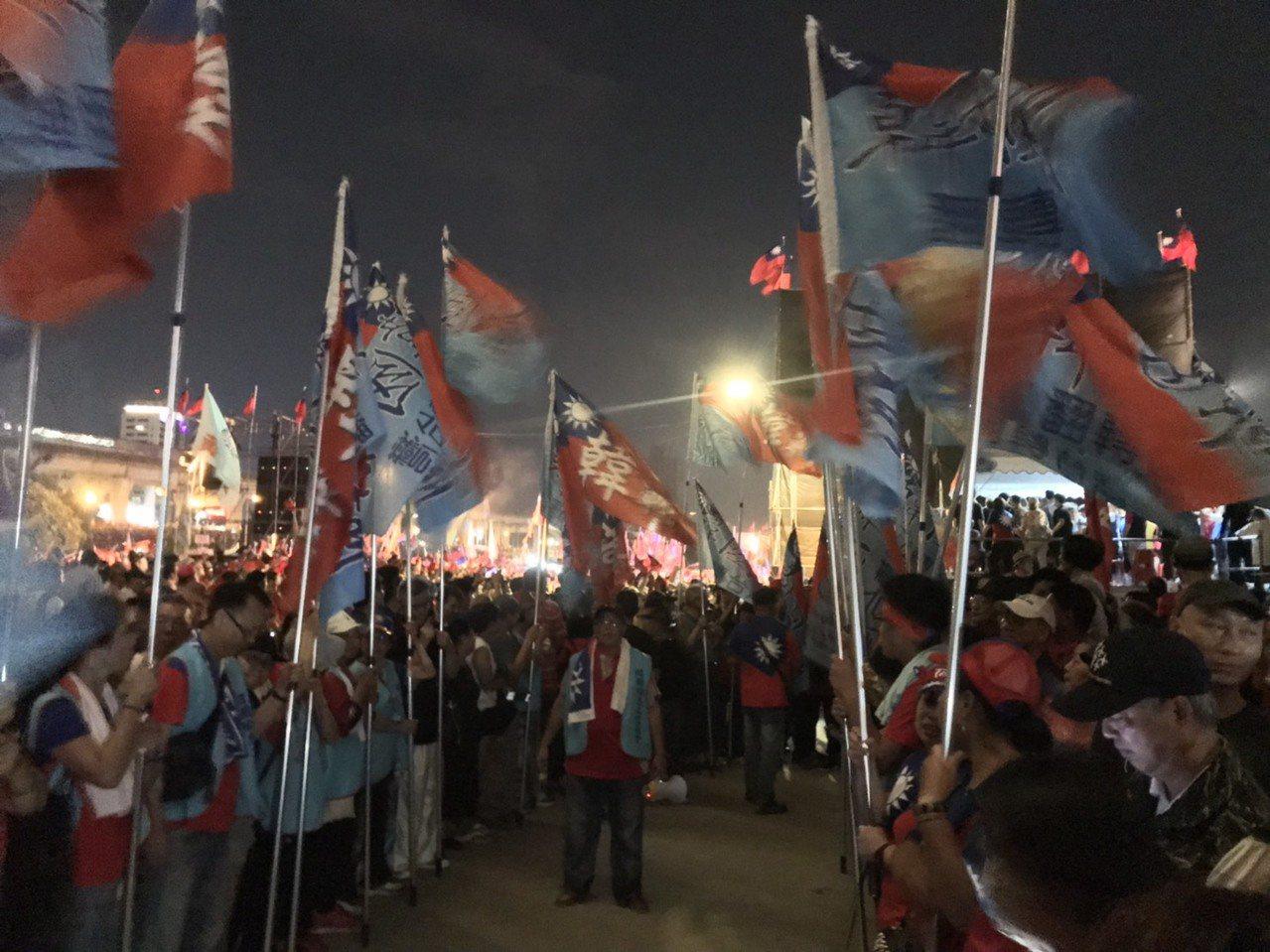 韓國瑜還未到會場,就已有韓粉手舉旗幟,列隊在現場等候。記者柯毓庭/攝影