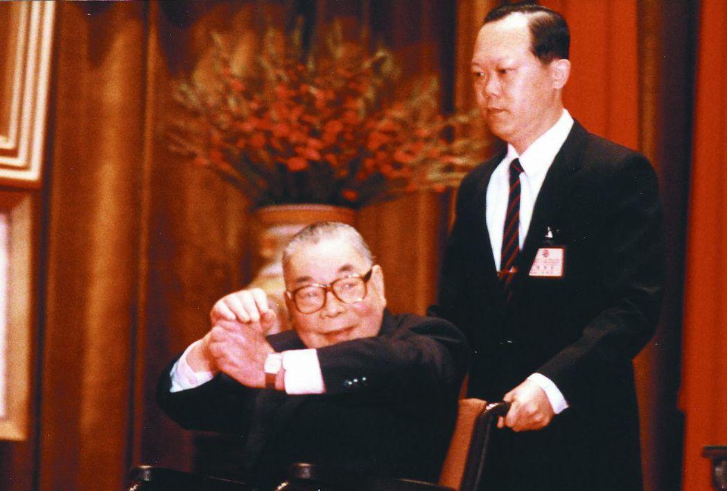 1987年12月25日,時任總統的蔣經國在台北中山堂主持行憲40年紀念大會。這是...