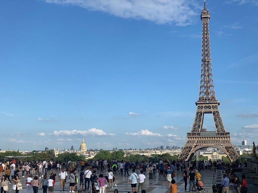 漫步街道後的休憩片刻,可在艾菲爾鐵塔下的戰神廣場。 蔡尚勳/攝影