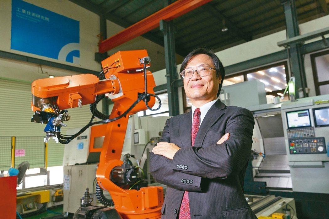 台中智慧製造試營運場域提供智慧化技術,幫助廠商轉型,圖為工研院智慧機械科技中心執...