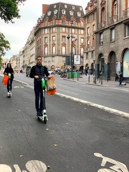 無定樁共享電動滑板車Lime,為來往的巴黎人提供快速移動的便利性。 蔡尚勳/攝影
