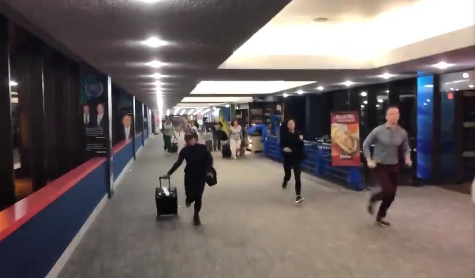 紐瓦克機場旅客和工作人員聽說有恐嫌出現,拉著行李奪路而逃。 圖/擷自推特