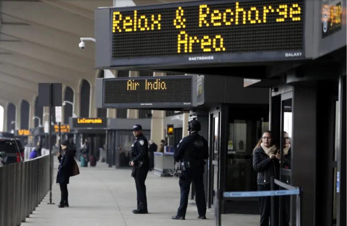紐瓦克機場的休憩區警衛戒備。 美聯社