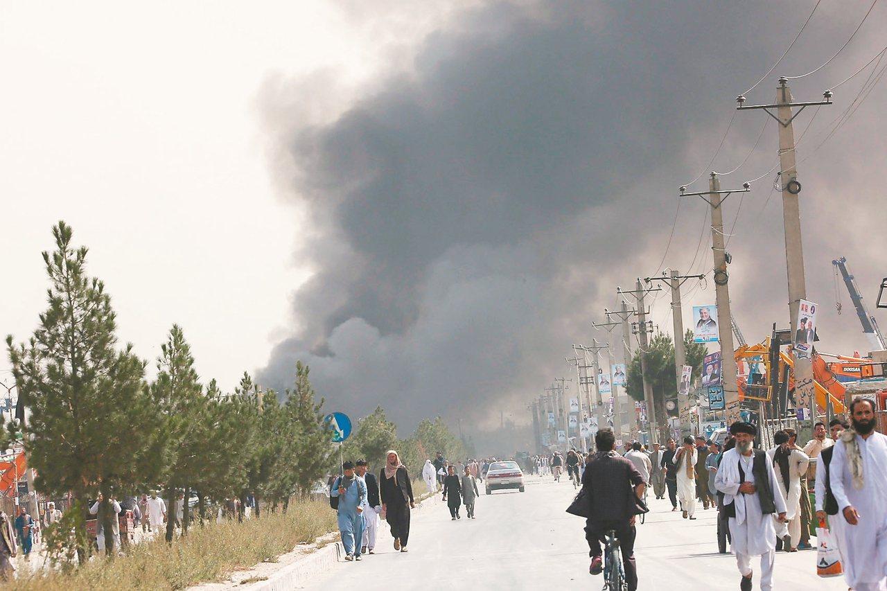 阿富汗首都喀布爾3日發生拖車炸彈攻擊事件,造成十多人喪生,現場濃煙密佈。 新華社