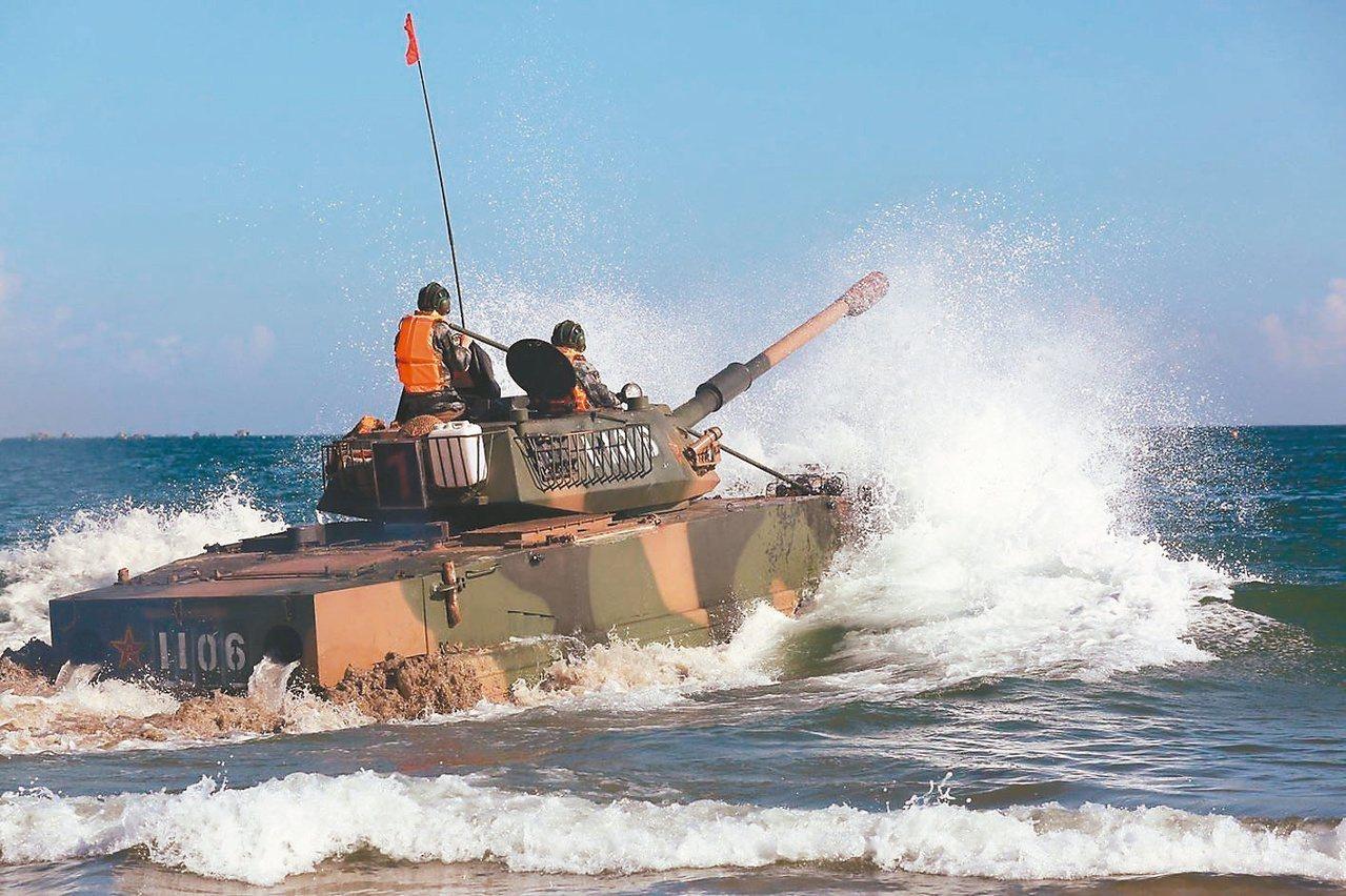 2017年,同樣在東山島海域實施兩棲操演的共軍05式兩棲突擊車,當時出動福建同安...
