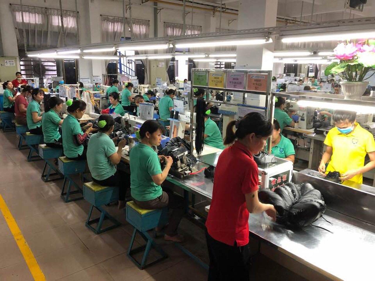 對於來到越南25年的海防台商會會長柯進道而言,製鞋廠內的高溫與吵雜早就習以為常。...
