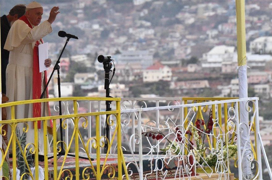教宗方濟各在馬達加斯加首都安塔那那利佛近郊主持彌撒,吸引約100萬人到場。 歐新...