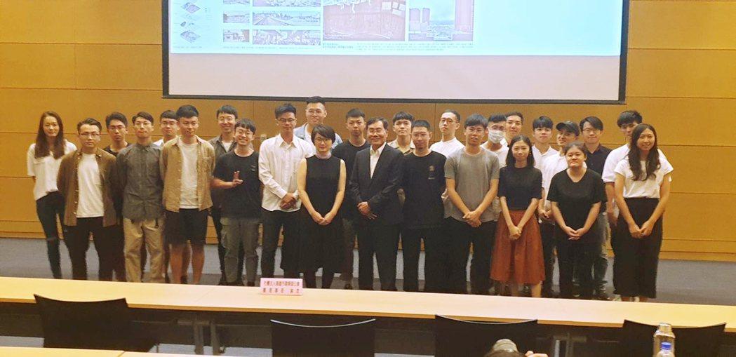 高雄市建築師公會邀請日本新銳建築師大西麻貴(中)演講《創造多樣性的居所》,並為此...