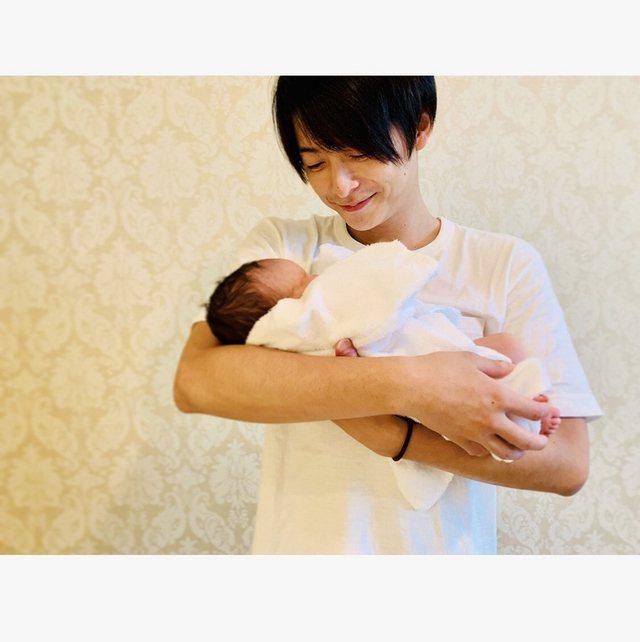 小池徹平抱著剛出生的兒子。 圖/擷自小池徹平官方部落格