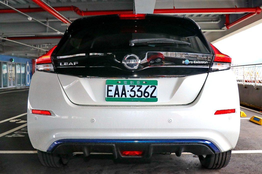 車尾則是配備擾流功能尾翼,降低氣流阻力,下方則以藍色環保線條呈現出電動車的特色。...